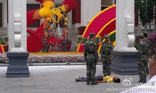 Мужчина поджёг монумент в честь дня основания КНР. Город Гуанчжоу провинции Гуандун. Фото с kanzhongguo.com