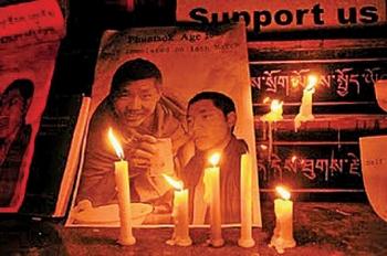 Тибетцы в изгнании зажгли свечи в память погибших в результате самосожжения лам. Фото с блога тибетской писательницы Войсер