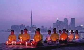 Акция памяти сторонников Фалуньгун по погибшим в Китае в результате репрессий со стороны компартии. Торонто, Канада. Фото с epochtimes.com