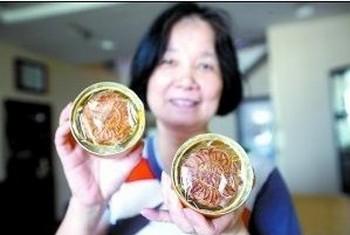 Жительница города Чунцин Ло Цуйжун показывает пряники «юебин», хорошо сохранившиеся после восьмилетнего хранения в кладовке. Фото: Чунцин монинг