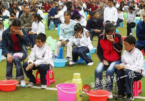 Урок почитания родителей. Школьники моют ноги своим родителям, бабушкам и дедушкам. Город Чунцин. Фото: cqwb.com.cn