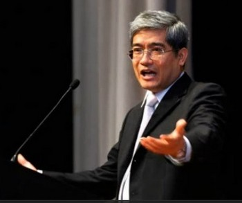 Гонконгский экономист профессор Лан Сяньпин читает лекцию в Шэньяне. Октябрь 2011 год