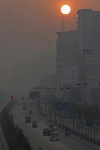 Скорость роста ущерба от загрязнения окружающей среды в Китае превысила рост ВВП страны. На фото покрытый смогом город Синьин провинции Цинхай. Фото: Getty Images