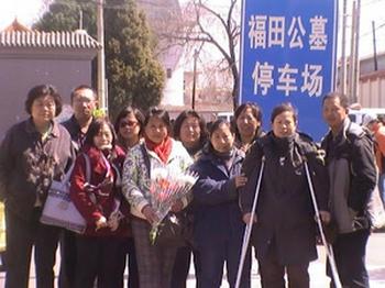 Несколько человек приехали к могиле Ян Цзя, чтобы почтить его память. Кладбище Футянь, Пекин. 4 апреля 2012 год. Фото с epochtimes.com