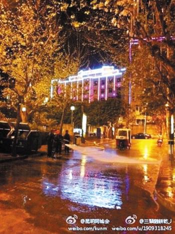 В страдающем от засухи уезде воду используют для мытья дорог. Провинция Юньнан. Апрель 2012 год. Фото с weibo.com