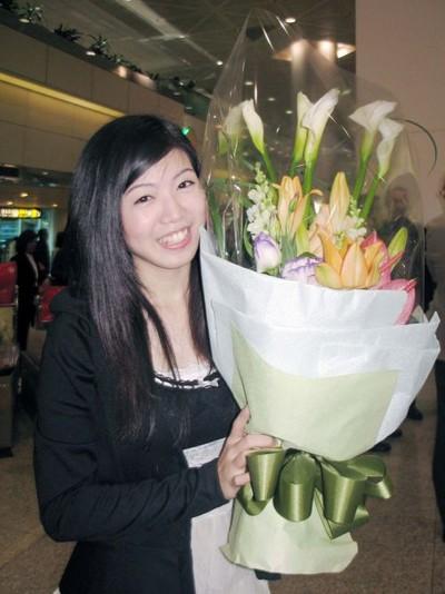 Поклонница Shen Yun встречает любимых артистов труппы в аэропорту. Тайвань. 5 марта 2012 год. Фото: The Epoch Times
