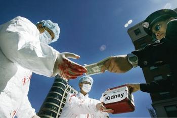 Инсценировка торговли органами, насильственно извлечённых из живых сторонников Фалуньгун в Китае. Фото с epochtimes.com