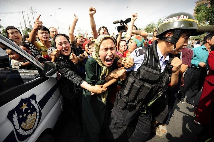 Акции протеста в городе Урумчи региона СУАР, в результате которых погибло около 200 человек, более 1700 человек получили ранения. Июль 2009 год. Фото: AFP