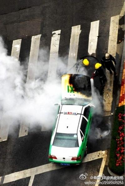 Участники протеста разбивали и сжигали машины не присоединившихся к ним таксистов. Город Сямэнь провинции Фуцзянь. Октябрь 2011 год. Фото с epochtimes.com