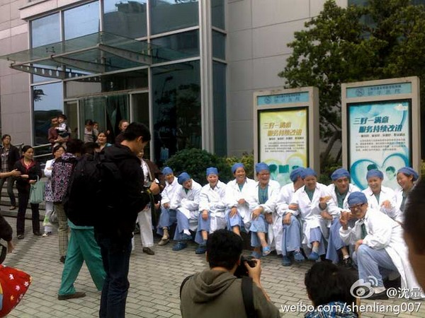 Медработники требуют повышения зарплаты. Шанхай. Ноябрь 2011 год. Фото с kanzhongguo.com