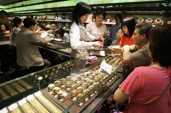 За границей китайцы покупают в четыре раза больше предметов роскоши, чем в Китае. Фото: STR/AFP/Getty Images