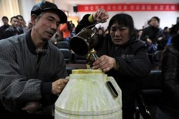 Родители берут пробы масла в столовой детсада, в который ходят их дети. Провинция Гуйчжоу. Март 2012 год. Фото с epochtimes.com