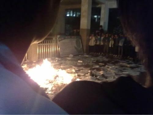 Школьники рвут и сжигают учебники в знак протеста против хаотичных денежных сборов. Уезд Цзиньшань провинции Хубэй. Апрель 2012 год. Фото с epochtimes.com