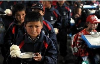 На обед у школьников пампушка и суп, в котором практически одна вода. Китай. 2011 год. Фото с epochtimes.com