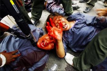 Инсценировка жестокого репрессий, которым подвергает тибетцев режим компартии Китая. Нью-Дели, Индия. Фото: Getty Images