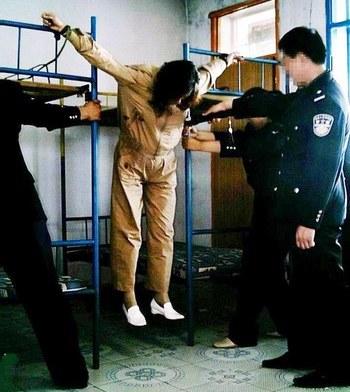 Инсценировка широко используемой в китайских тюрьмах пытки «пять лошадей разрывают труп». Фото с minghui.org
