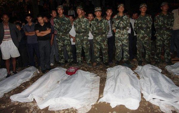 Погибшие на затонувшем пароме. Провинция Хунань. Сентябрь 2011 год. Фото: news.ifeng.com