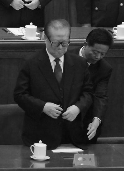Цзян Цзэминь дремлет на собрании, посвящённом столетию Синьхайской революции 1911 года. 9 октября 2011 год. Фото: MINORU IWASAKI / AFP ImageForum