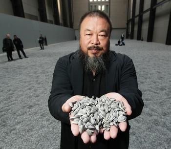 Китайский художник Ай Вэйвэй и его знаменитая инсталляция «Семена подсолнуха». Фото: Getty Images