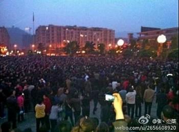 Протест с участием нескольких тысяч человек вспыхнул в городе Чунцине. Апрель 2012 год. Фото с epochtimes.com