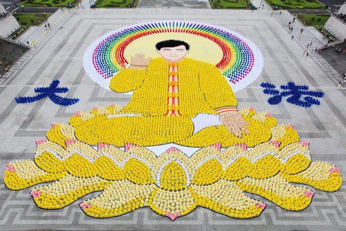 Картина изображающая основателя Фалуньгун господина Ли Хунчжи составлена из более 7 тысяч последователей Фалуньгун. Тайбэй, Тайвань. Май 2012 год. Фото: The Epoch Times