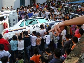 Протесты в уезде Вэнань провинции Гуйчжоу. Июнь 2008 год. Фото: NTD
