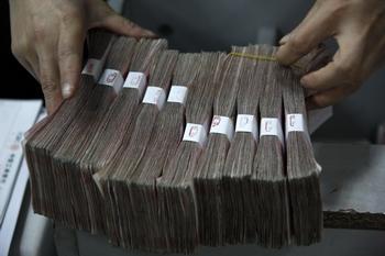 На питание, командировки и транспорт партийных чиновников в Китае государство тратит десятки миллиардов долларов в год. Фото: Getty Images