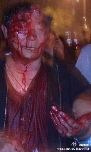 Кадры с улиц во время массовых демонстраций протеста. Город Чунцин. Апрель 2012 год. Фото с molihua.org