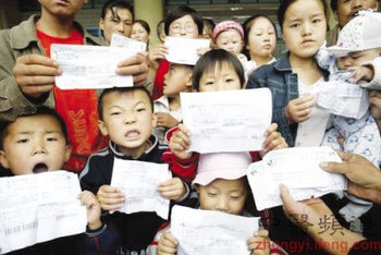 Дети держат результаты обследования, подтверждающие отравление свинцом. Провинция Шаньси. Фото с zhongyi.sina.com