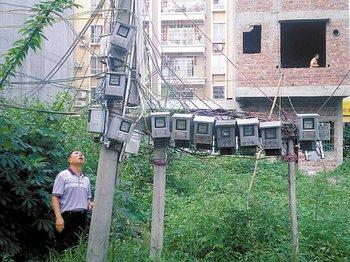 22 электрических счётчика уже больше двух лет висят на столбе, являясь источником повышенной опасности. Провинция Гуандун. Фото с epochtimes.com