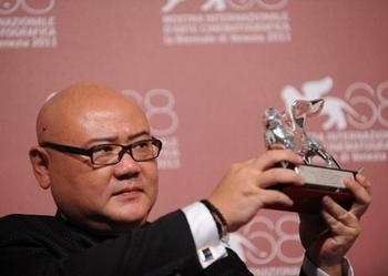 Китайский кинорежиссёр Цай Шанцзюнь получает «Серебряного льва» на Венецианском кинофестивале. 10 сентября 2011 год. Фото: TIZIANA FABI/AFP/Getty Images