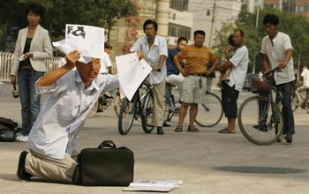 Доведенных до отчаяния социальной несправедливостью, китайские власти принимают за душевнобольных. Фото: PETER PARKS/AFP/Getty Images