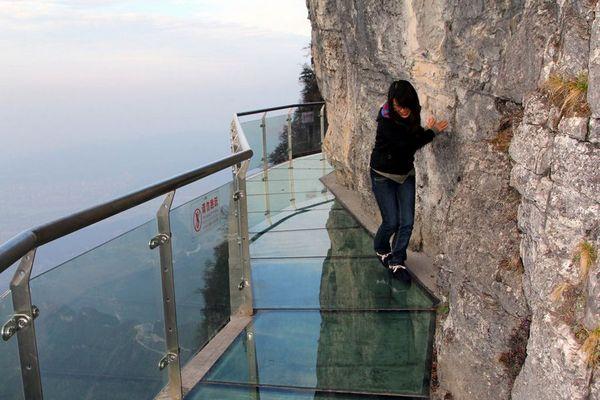 Стеклянный мост на горе Тяньмэнь. Провинция Хунань. Фото с aboluowang.com