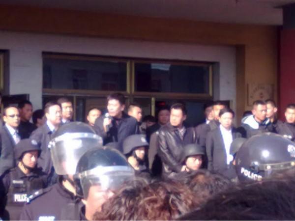 Протест крестьян против строительства неэкологического никелевого завода. Апрель 2012 год. Фото с molihua.org