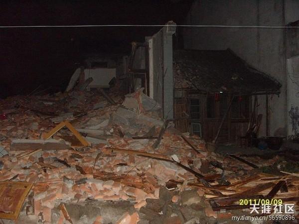 Вся мебель и личные вещи семьи Чена похоронены под обломками снесённого дома. Провинция Чжэцзян. Сентябрь 2011 год. Фото с epochtimes.com