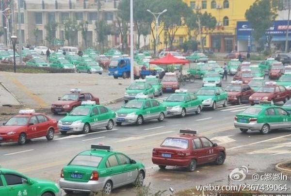 Забастовка таксистов. Провинция Аньхой. Октябрь 2011 год. Фото с kanzhongguo.com