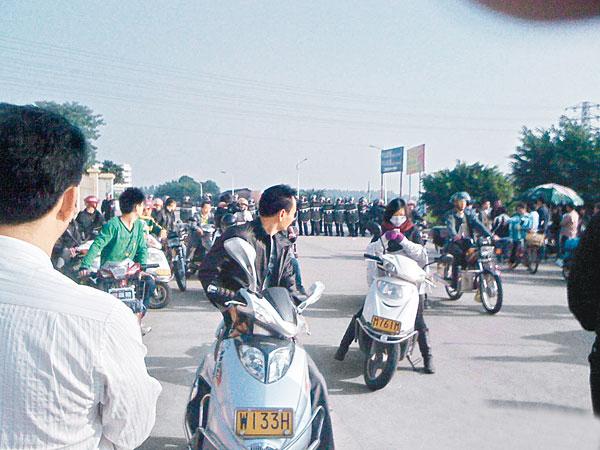 Во время протеста крестьян против отъёма чиновниками земли. Провинция Гуандун. Ноябрь 2011 год. Фото с epochtimes.com