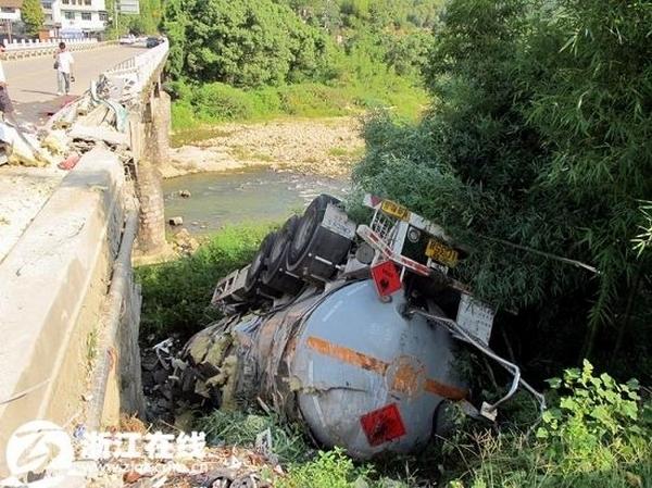 Упавшая с моста цистерна с 30 тоннами метилацетата. Провинция Чжэцзян. Сентябрь 2011 год. Фото с epochtimes.com