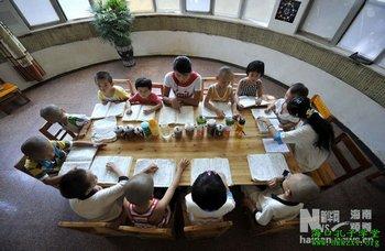 Ученики традиционной конфуцианской школы в провинции Хайнань. Август 2011 год. Фото с hkkzxt.org