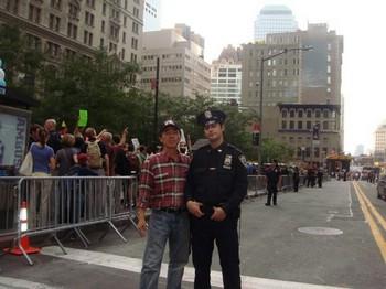 Ай Фужун специально сфотографировался с американским полицейским, чтобы показать своим соотечественникам, что полицейские в США не избивают протестующих направо и на лево, как об этом сообщает партийная пропаганда, а просто следят за порядком во время акции. Октябрь 2011 год. Фото предоставил Ай Фужун