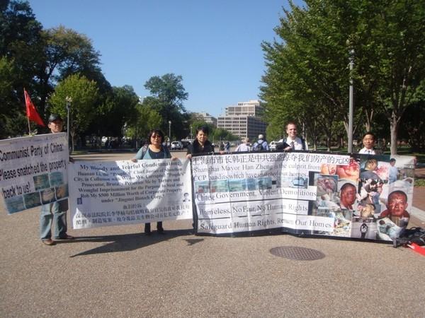 Китайские апеллянты специально приехали в США, чтобы выразить протест действиям коммунистического режима КНР. Октябрь 2011 год. Фото предоставил Ай Фужун