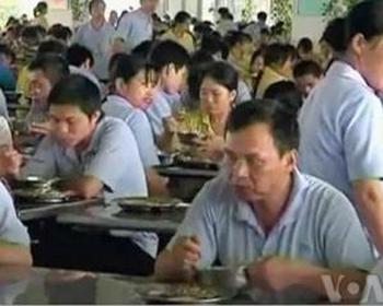 Китайские рабочие мигранты в заводской столовой. Фото: Голос Америки
