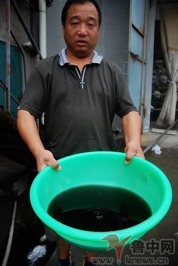 Вода в колодцах вдруг стала чёрного цвета. Посёлок Мэншуй провинции Шаньдун. 2011 год Фото с epochtimes.com