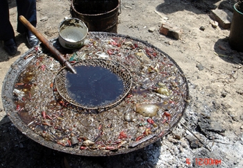 Производство «помойного масла» из пищевых отходов. Фото с epochtimes.com