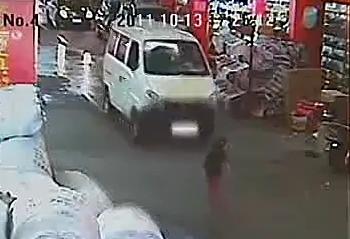 Два автомобиля переехали двухлетнюю девочку, более десяти человек просто прошли или проехали мимо. Город Фошань провинции Гуандун. Октябрь 2011 год. Кадр из видеоролика