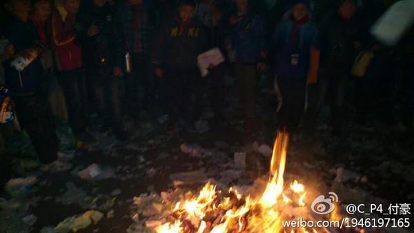 В знак поддержи бастующих учителей в Китае, ученики рвали и жгли тетради. Провинция Сычуань. Декабрь 2011 год. Фото с epochtimes.com