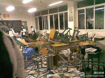 Во время драки были разбиты классы, в которых обучались тибетские студенты. Фото с qq.com