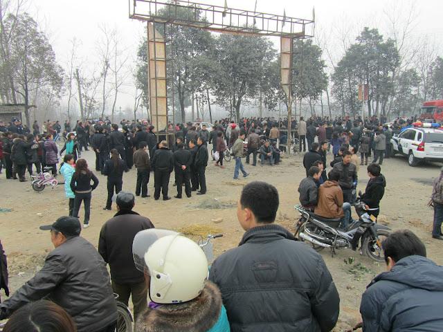 Рабочие требуют повышения зарплаты. Провинция Шэньси. Февраль 2012 год. Фото с epochtimes.com