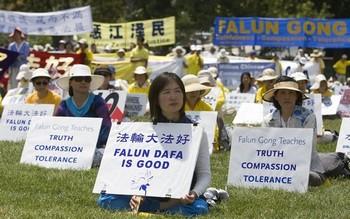 Акция сторонников Фалуньгун против репрессий своих единомышленников в Китае. Вашингтон. 2010 год.  Фото: The Epoch Times