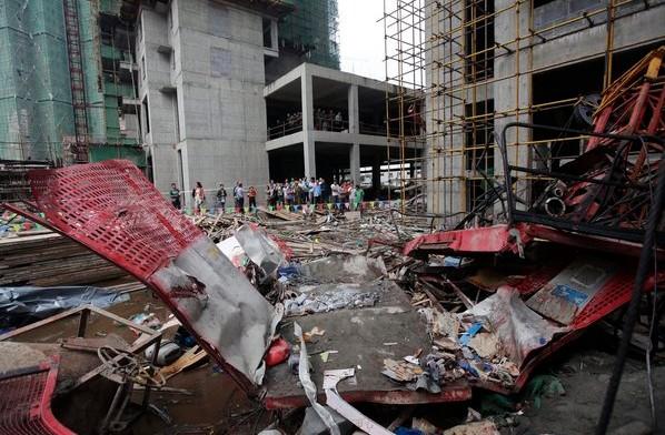 Упавший с 30-го этажа лифт, в котором погибли 19 человек. Фото с huanqiu.com